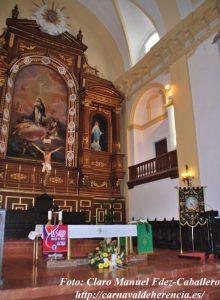 Estandarte y ofrenda a las Animas en el altar de la Parroquia.