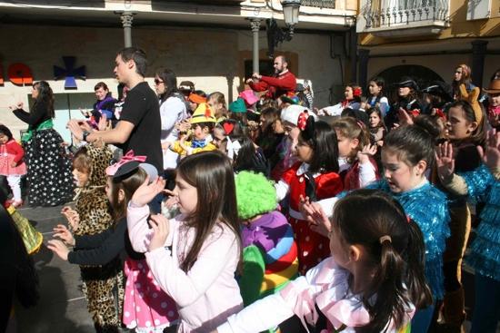 herencia bailarines con alcalde al fondo g - Los más jóvenes de Herencia llenan la plaza para bailar por un Carnaval de Interés Turístico Nacional