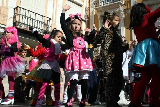 herencia nenes flashmob g - Los más jóvenes de Herencia llenan la plaza para bailar por un Carnaval de Interés Turístico Nacional