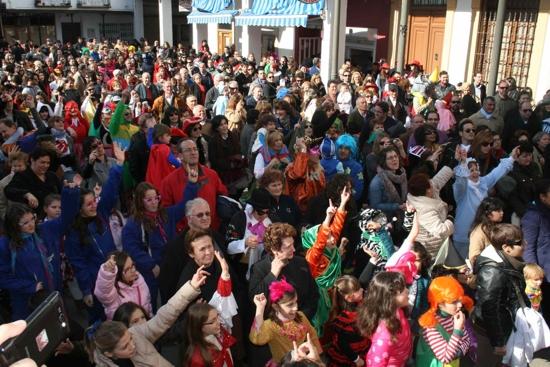 herencia publico flashmob g - Los más jóvenes de Herencia llenan la plaza para bailar por un Carnaval de Interés Turístico Nacional